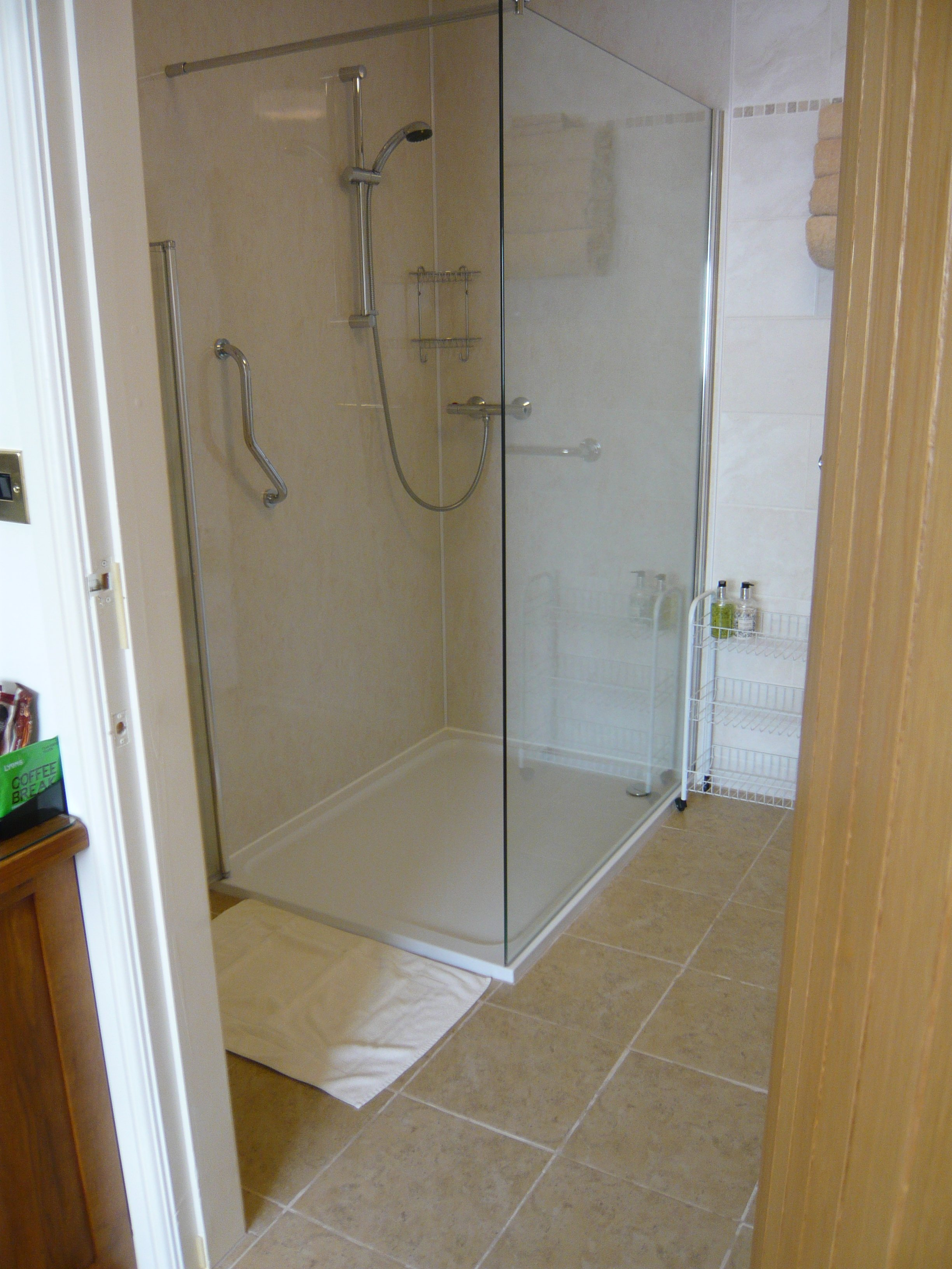 suite 1 low level shower Dining room in Redhouse Farm Bed & Breakfast near Lincoln